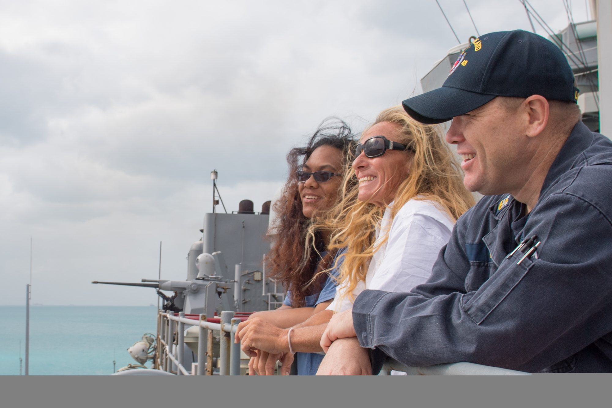 USS Ashland arrives in Okinawa with Mariners