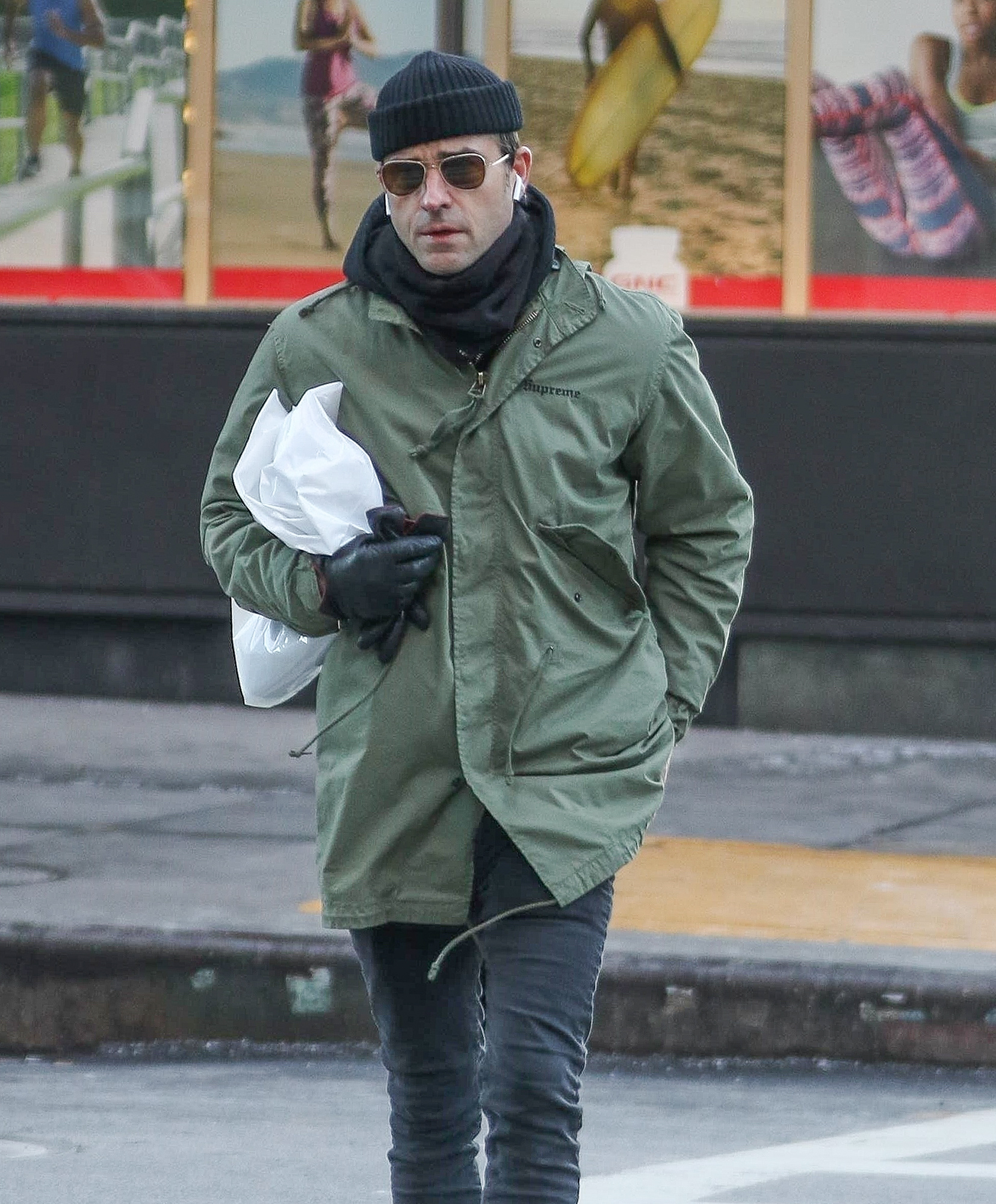 *EXCLUSIVE* Justin Theroux still wearing wedding ring amid break up rumors