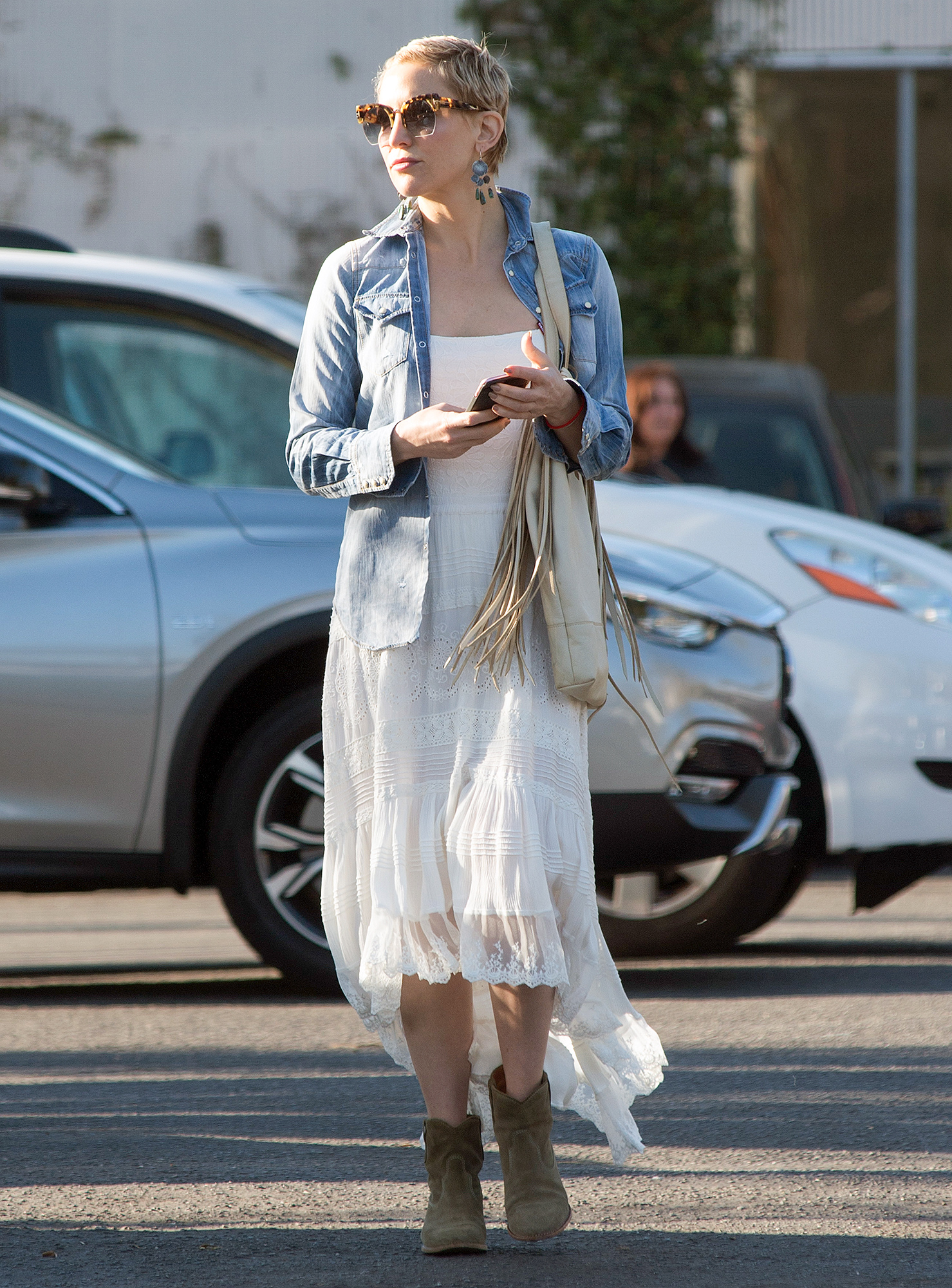 EXCLUSIVE: Kate Hudson is Pictured Going to a Theatre Workshop at the Electric Lodge in Venice, California.