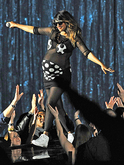 2009: M.I.A. PERFORMED IN THE BEST PREGNANCY OUTFIT EVER