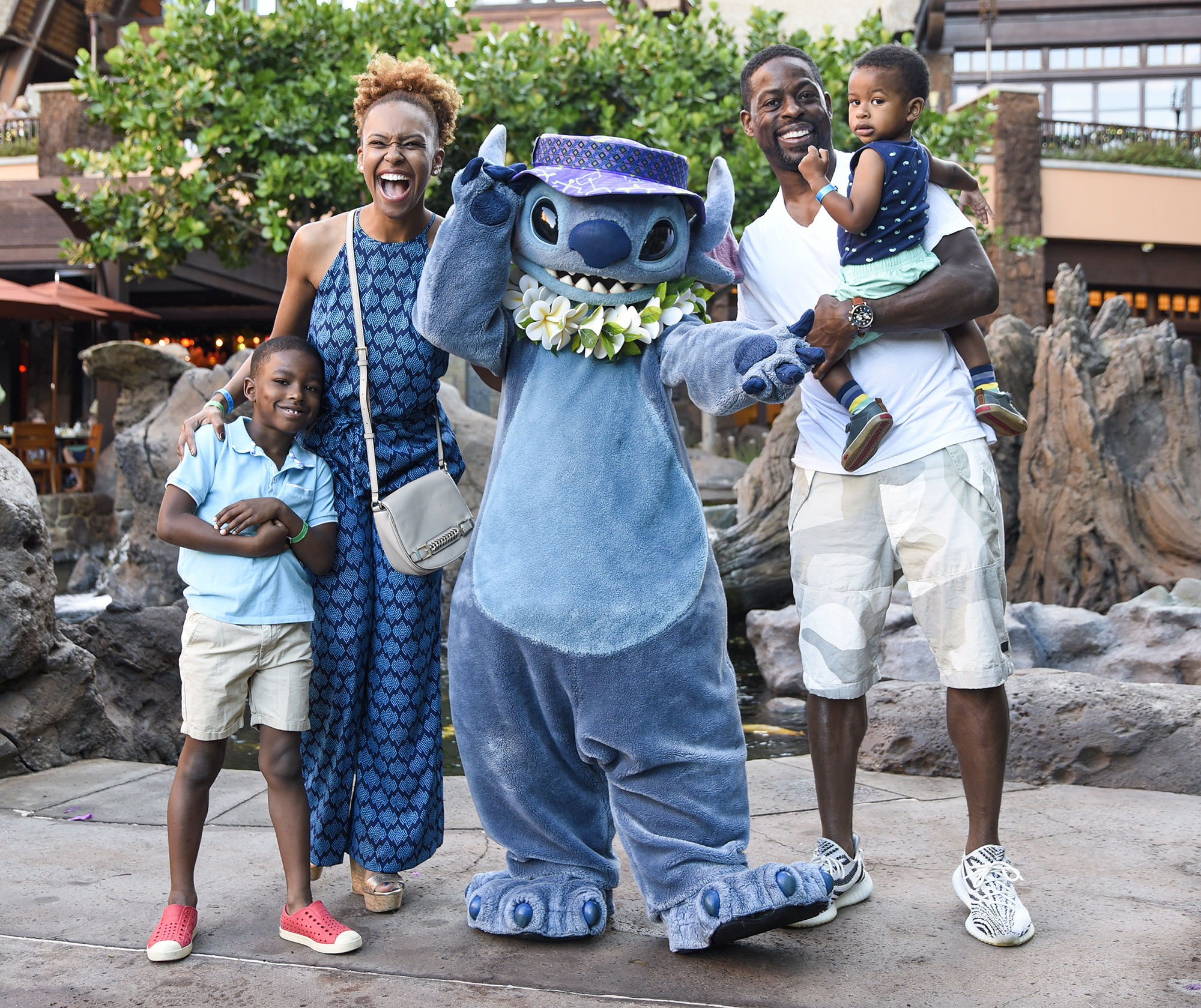 """""""This is Us"""" Star Sterling K. Brown Meets Stitch at Disney's Aulani Resort in Hawaii"""