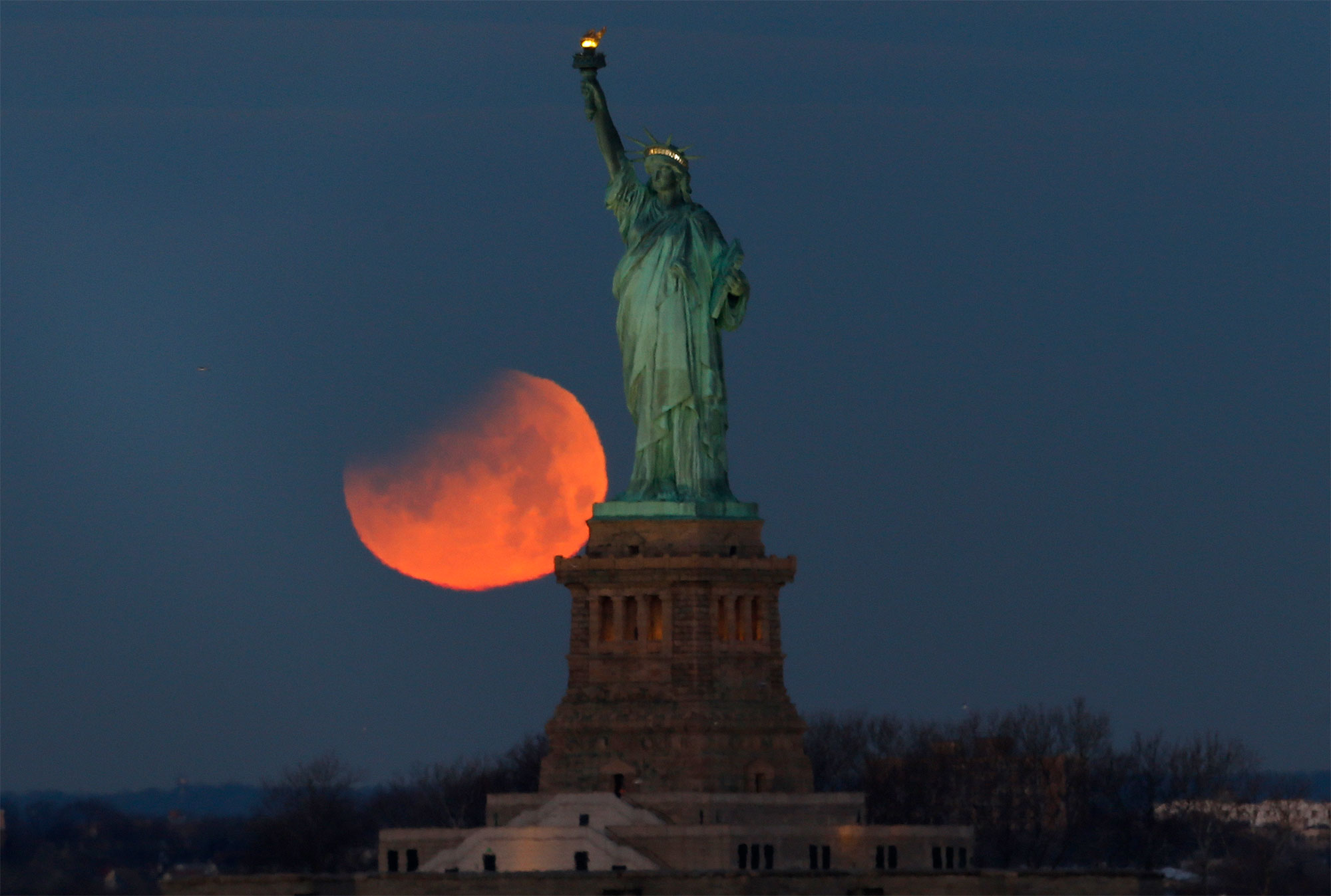 """Rare """"Super Blue Blood Moon"""" Hovers Over New York City"""