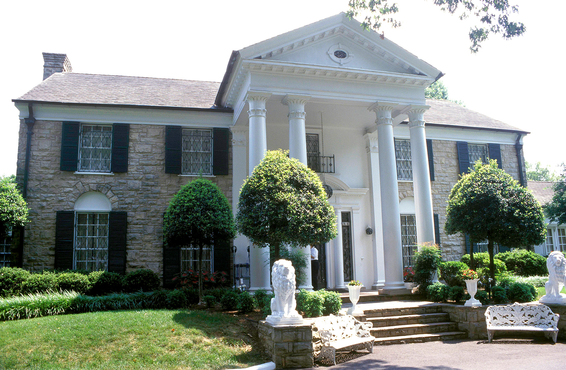Photo of Elvis PRESLEY and VENUES and GRACELAND