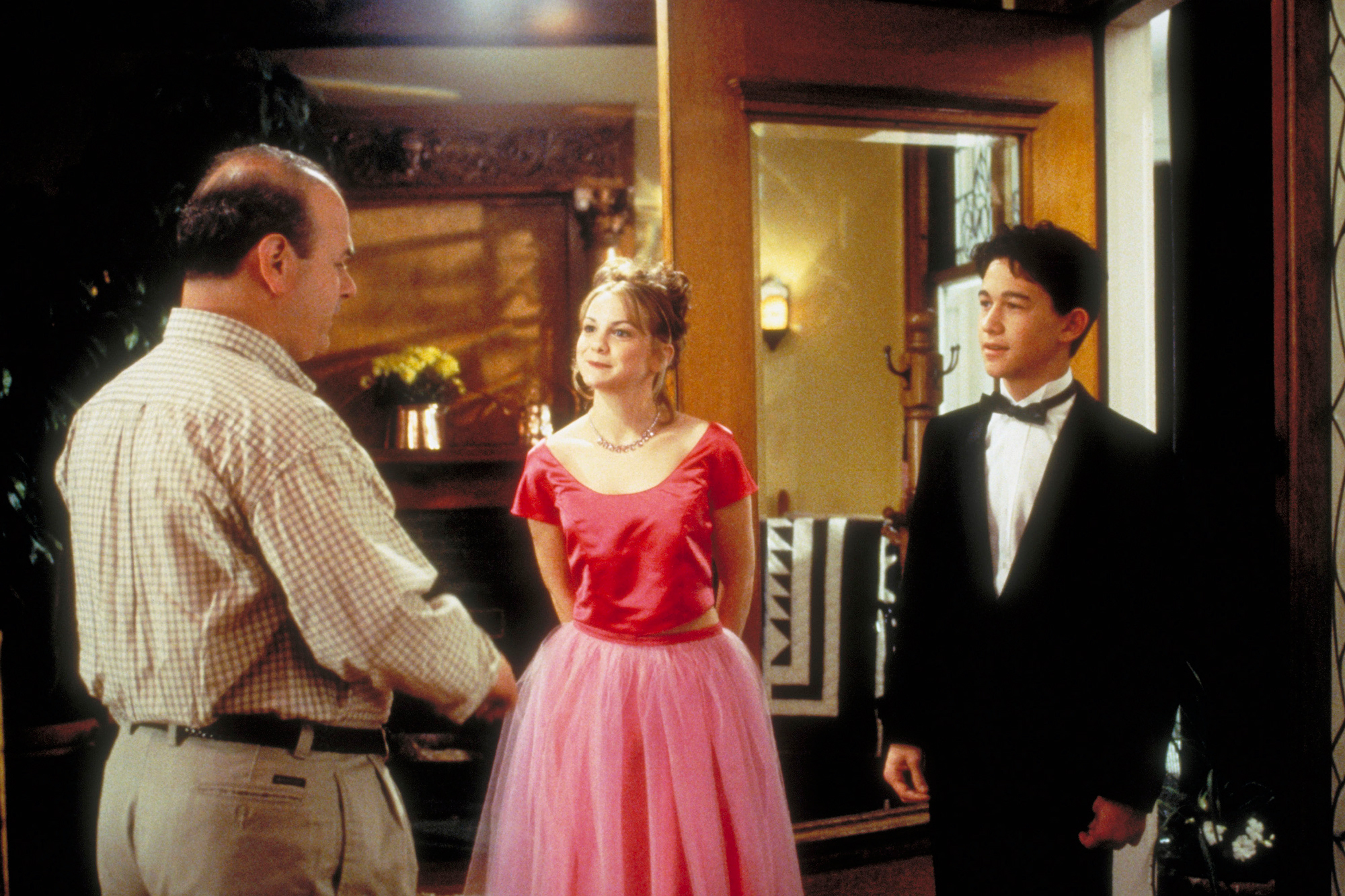 10 THINGS I HATE ABOUT YOU, from left: Larry Miller, Larisa Oleynik, Joseph Gordon-Levitt, 1999, © B