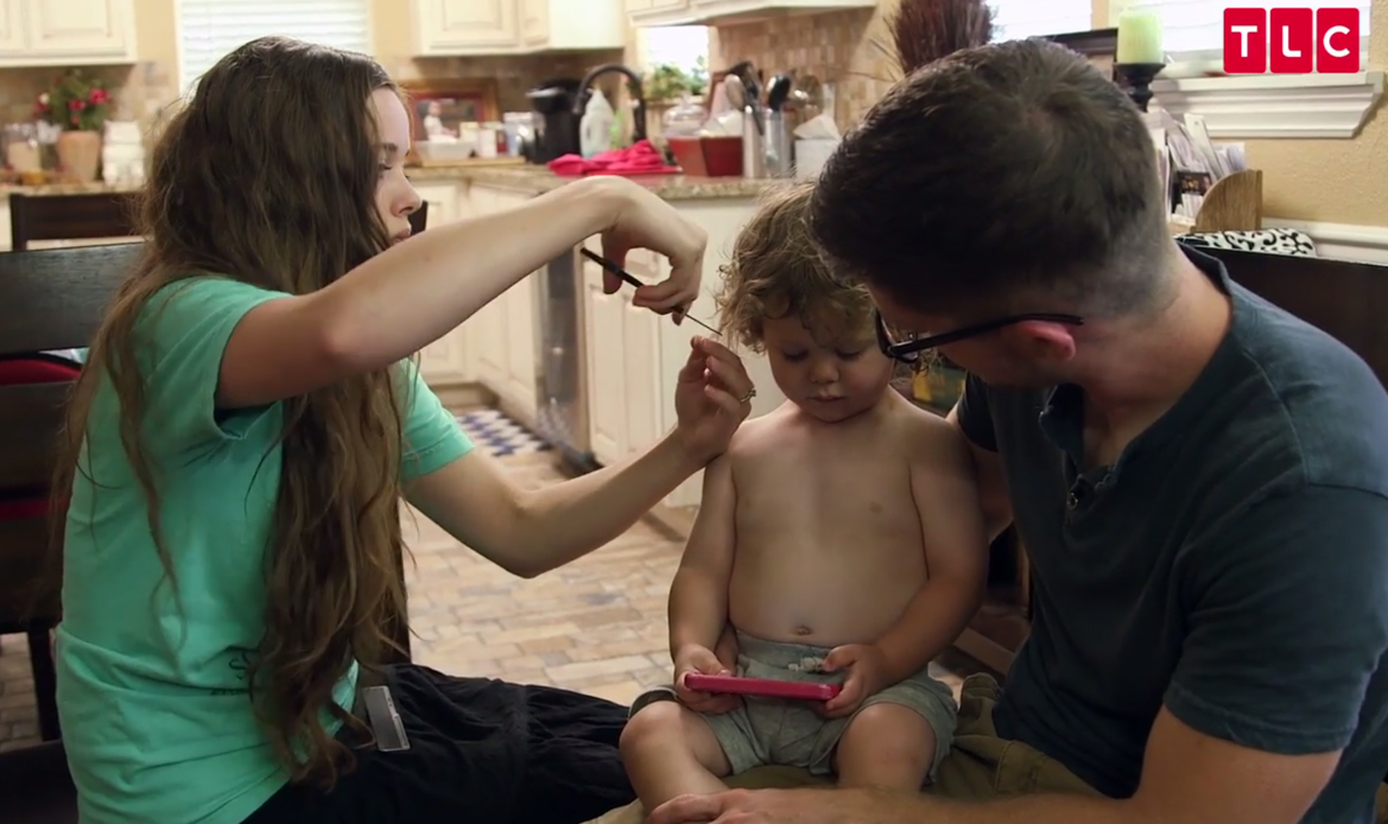 Jessa Duggar Gives son Spurgeon a haircutCourtesy TLC