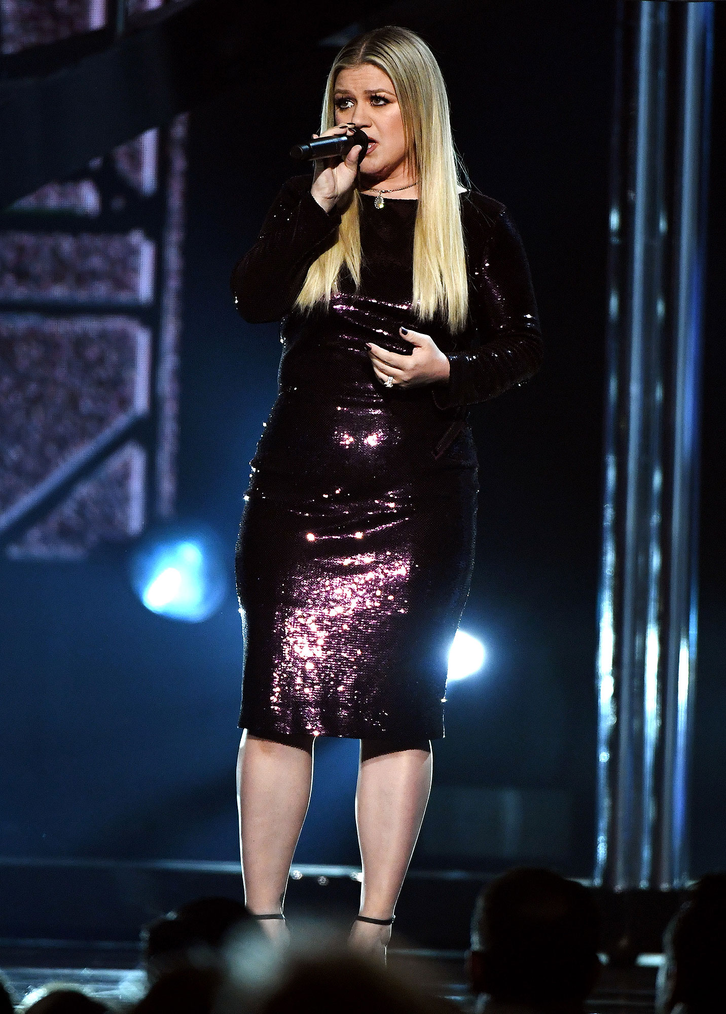 kelly-clarkson-performs.jpg