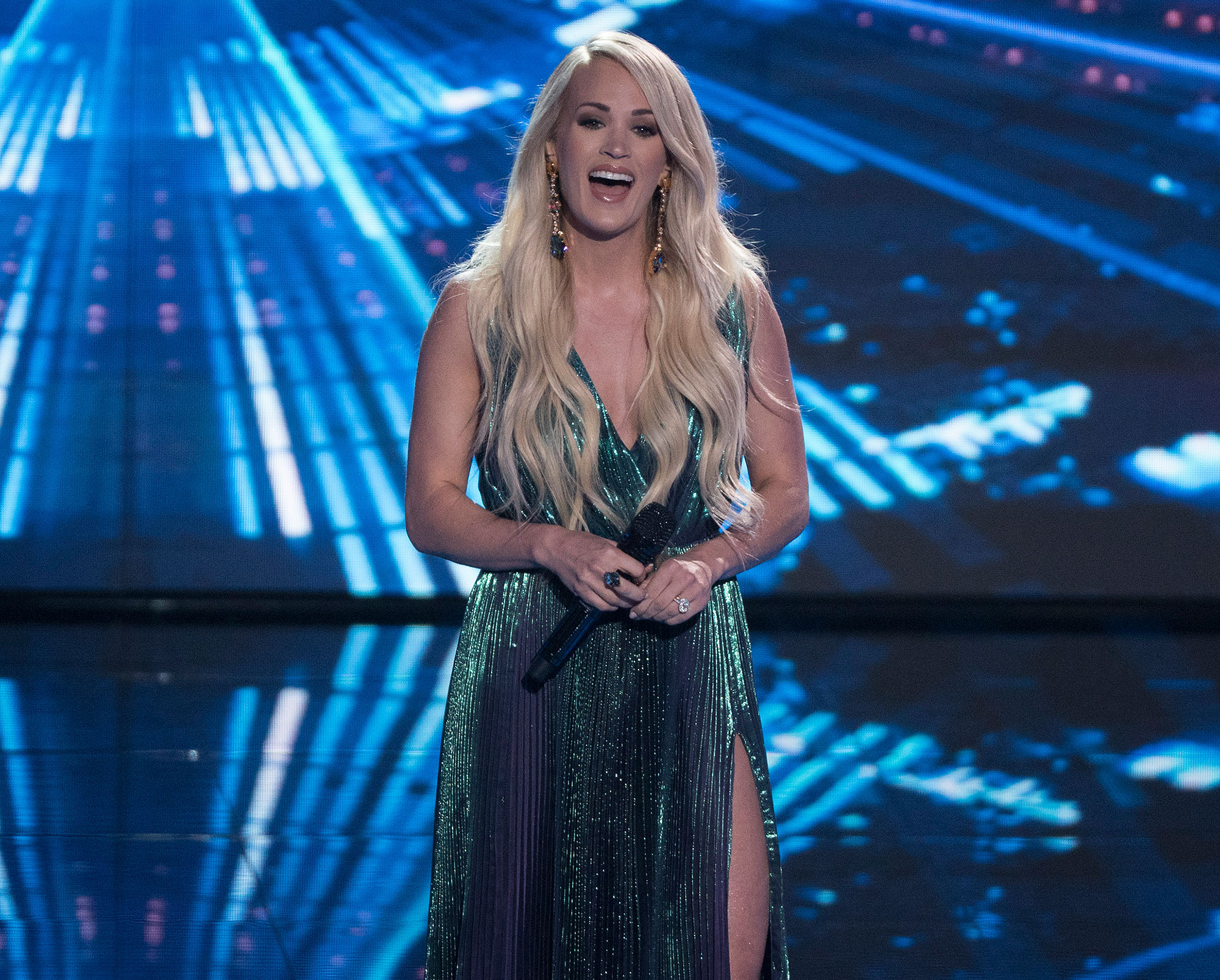 Carrie Underwood Returns To American Idol After Facial Injury With