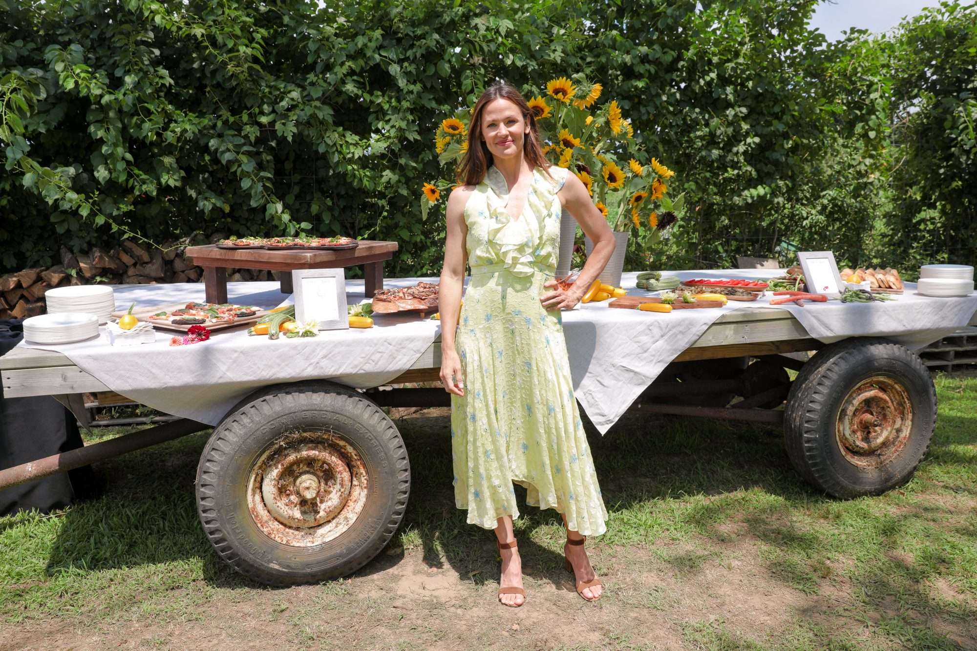 [EXCLUSIVE FOR PEOPLE] JENNIFER GARNER CELEBRATES ONCE UPON A FARM, THE FAMILY ORGANIC FOOD BRAND : AT HAMPTONS GARDEN