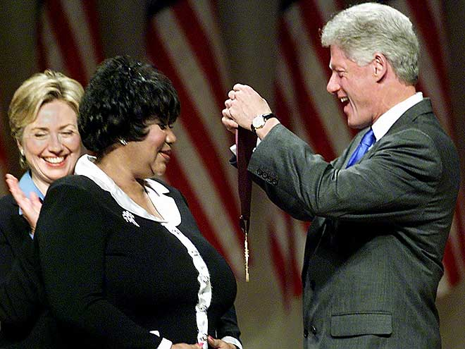 US President Bill Clinton (R) along with First Lady Hillary Rodham Clinton award singer Aretha Franklin (C) with the 1999 National Medal of Arts and Humanities Award 29 Septembe