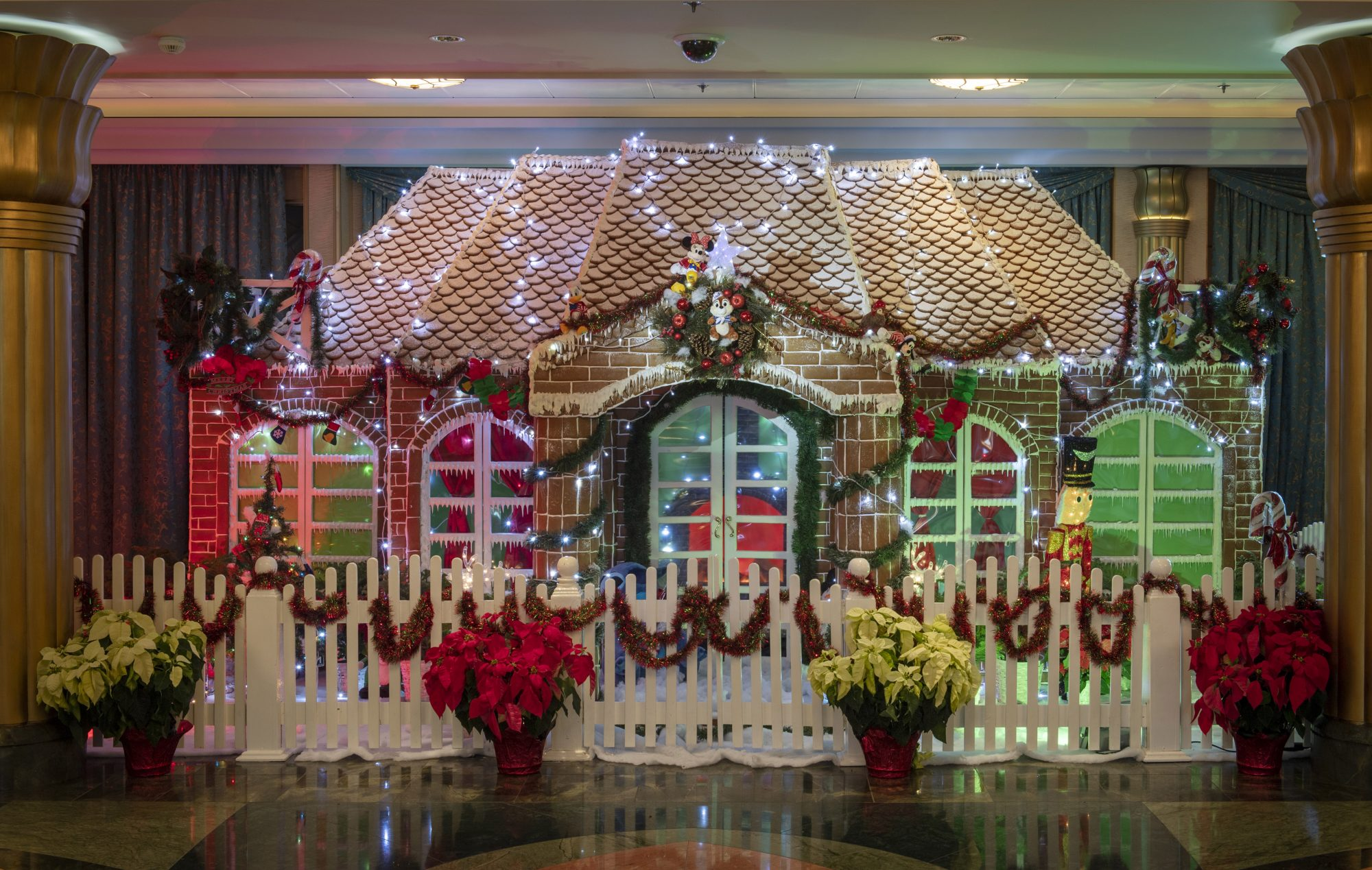 DCL_2018GingerbreadDisplays_DisneyFantasy