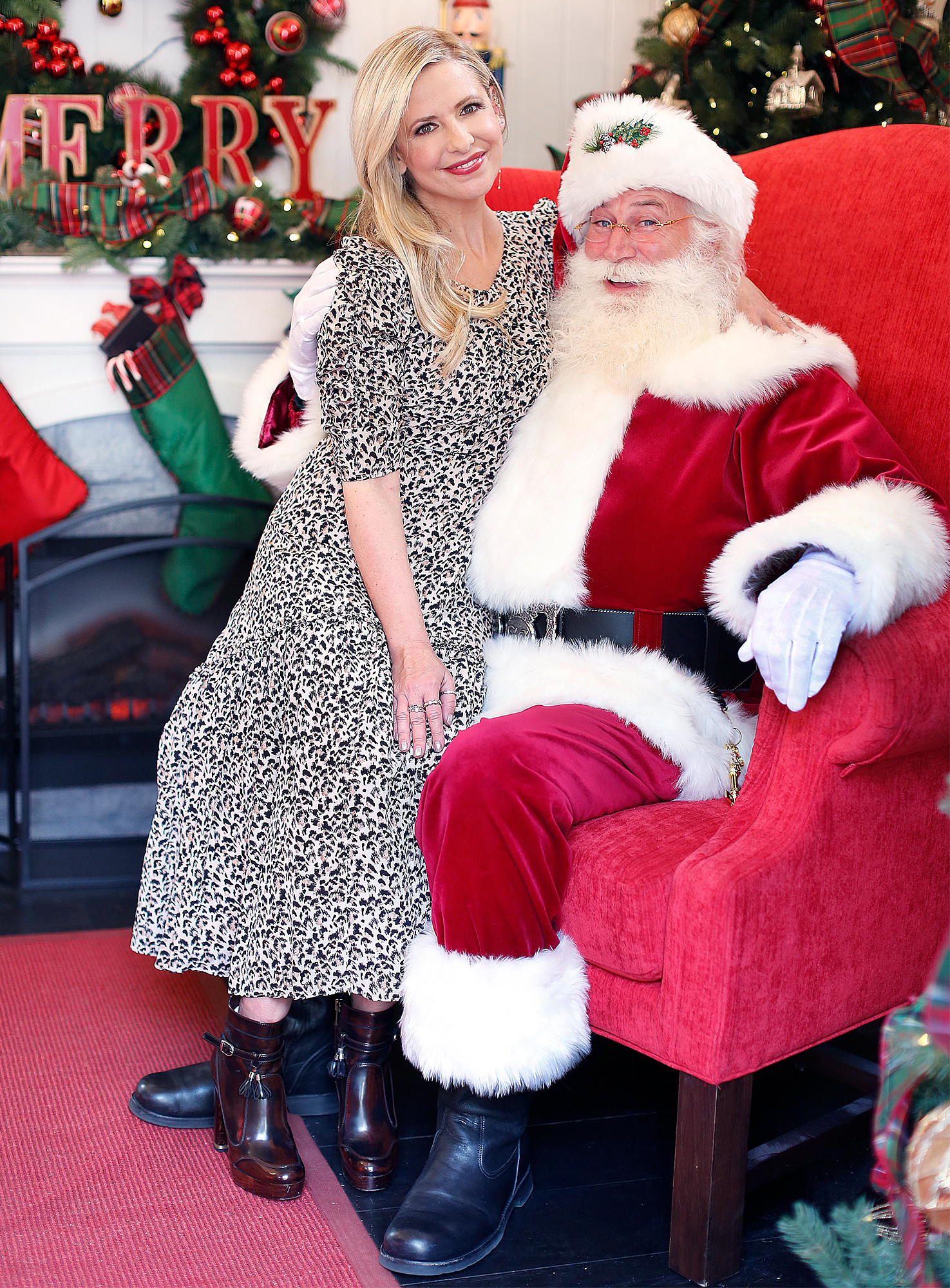 **EXCLUSIVE**  Photo Credit: MOVI Inc.   Date: December 17th 2018 FOR GLOBAL SALES CALL (U.S) 310 739 4693 OR EMAIL contact@movi-inc.comHoliday Spirit! Sarah Michelle Gellar visit's Santa's Cottage at Palisades Village in Pacific Palisades,CA.