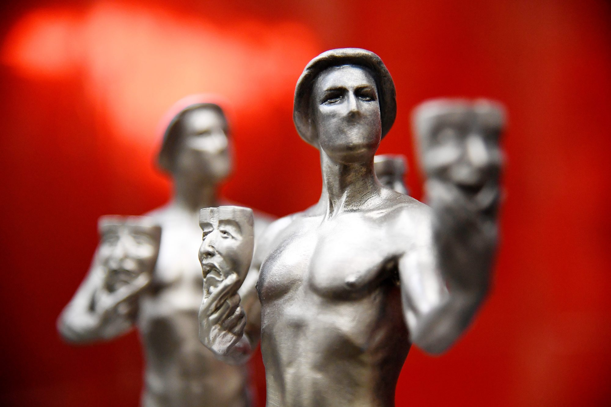 The 25th Annual Screen Actors Guild Awards - Pouring Of Actor Statuette