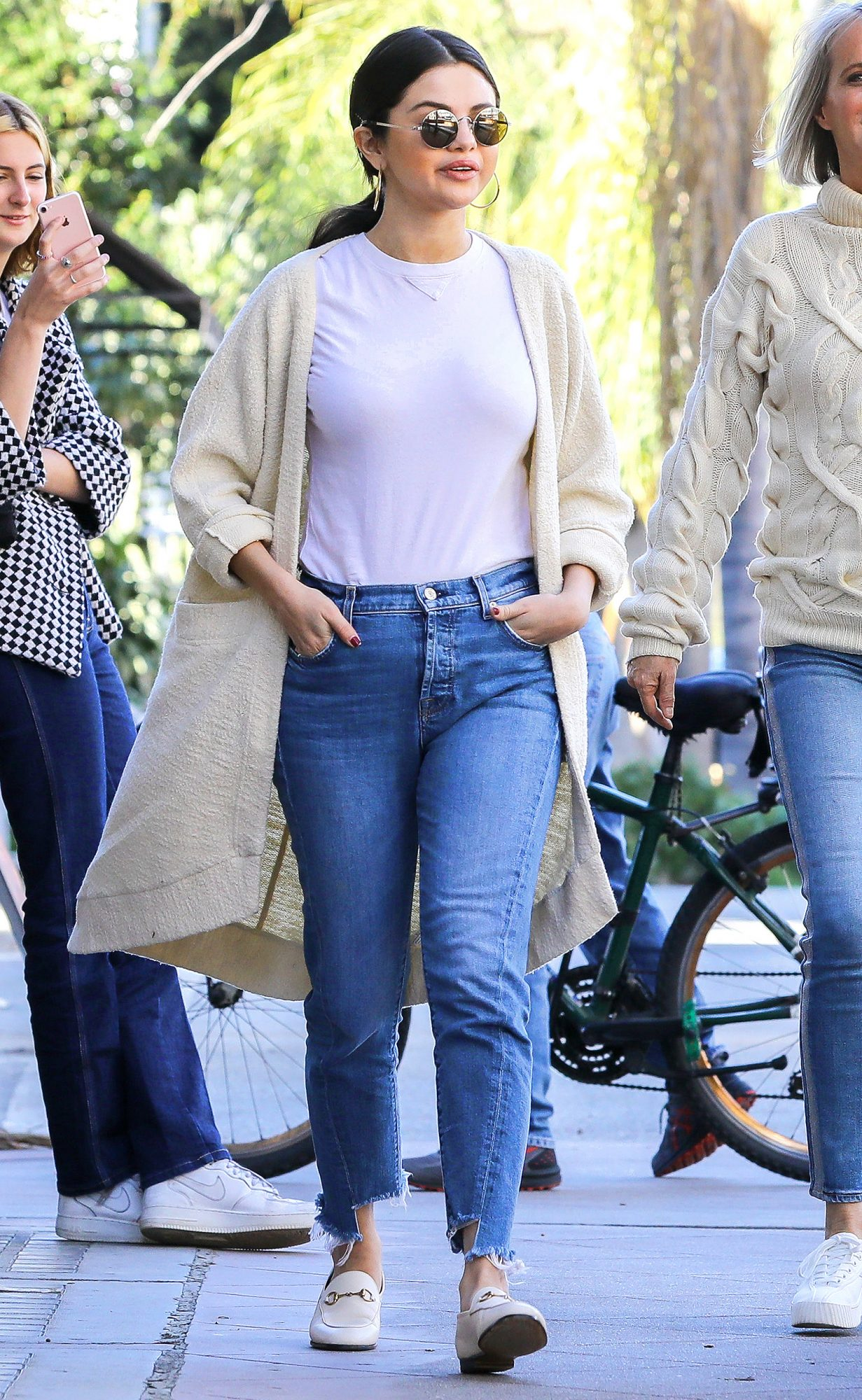 Selena Gomez Glowing After Friendly Lunch In Long Beach