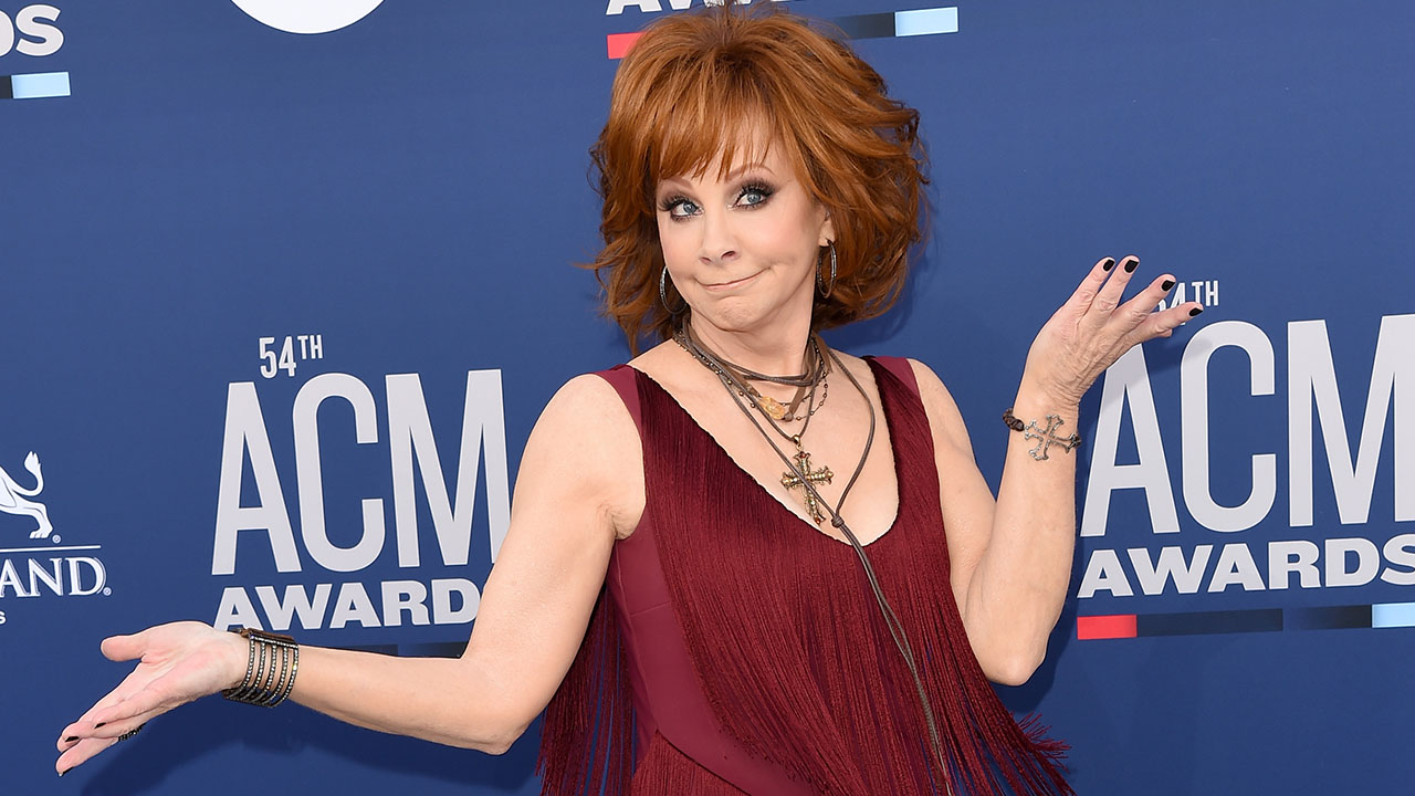 Party Crasher! Reba McEntire Crashes Dan + Shay's ACMs Interview