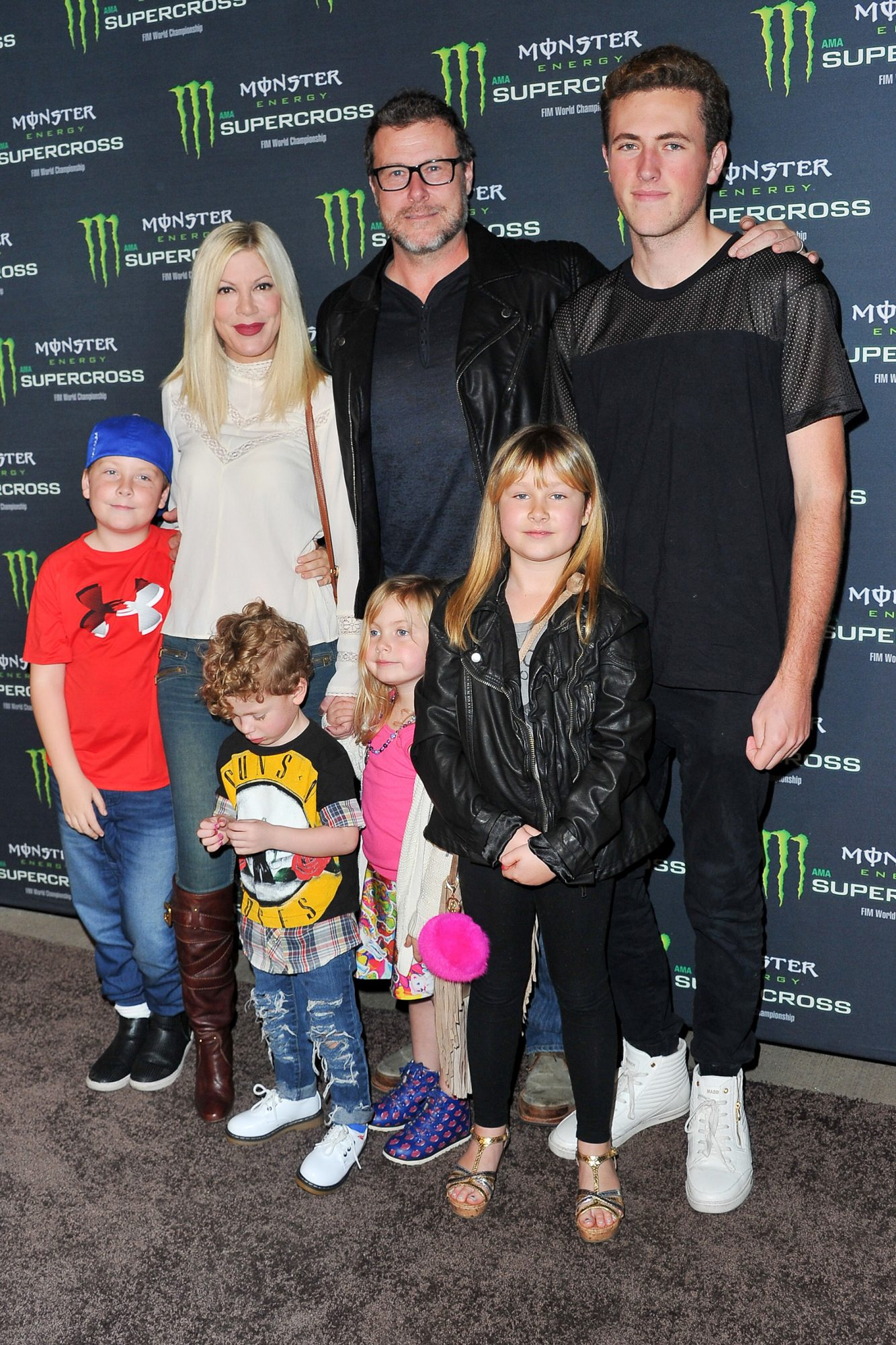 Tori Spelling, actor Dean McDermott and their kids Jack McDermott (R), Liam McDermott (L), Fin McDermott (Front Left), Hattie McDermott (Front Center), and Stella McDermott