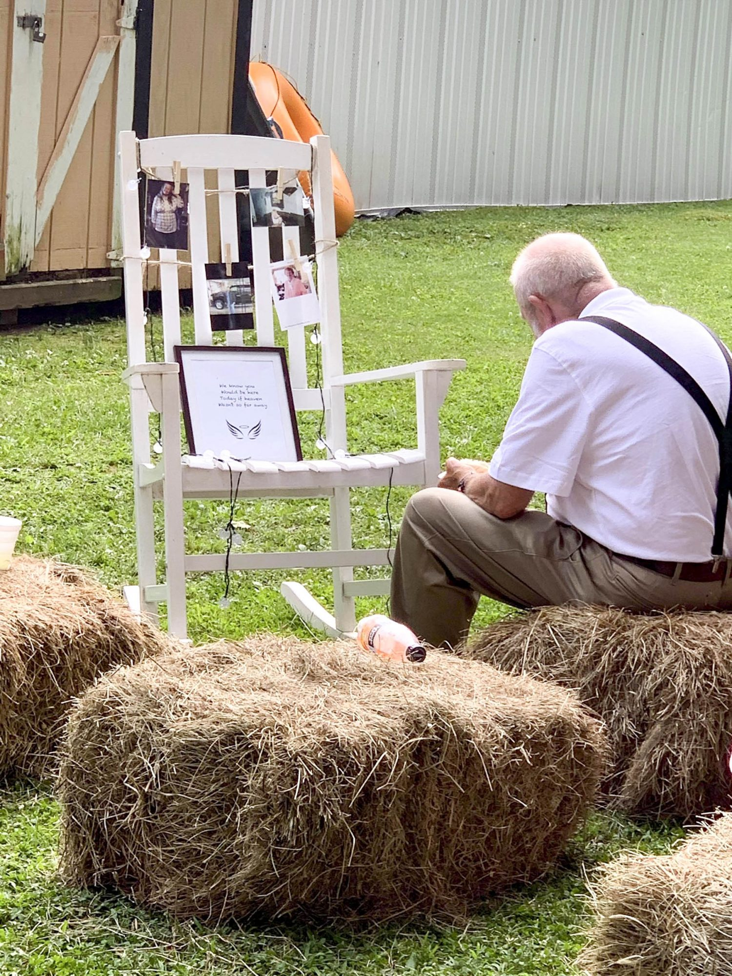 Sahrah Elswick's Grandfather Heartbreaking photo shows bride's grandfather eating alone next to memorial for late wife https://twitter.com/sahrahMichelle/status/1147735689053839360 CR: Sahrah Elswick/Twitter