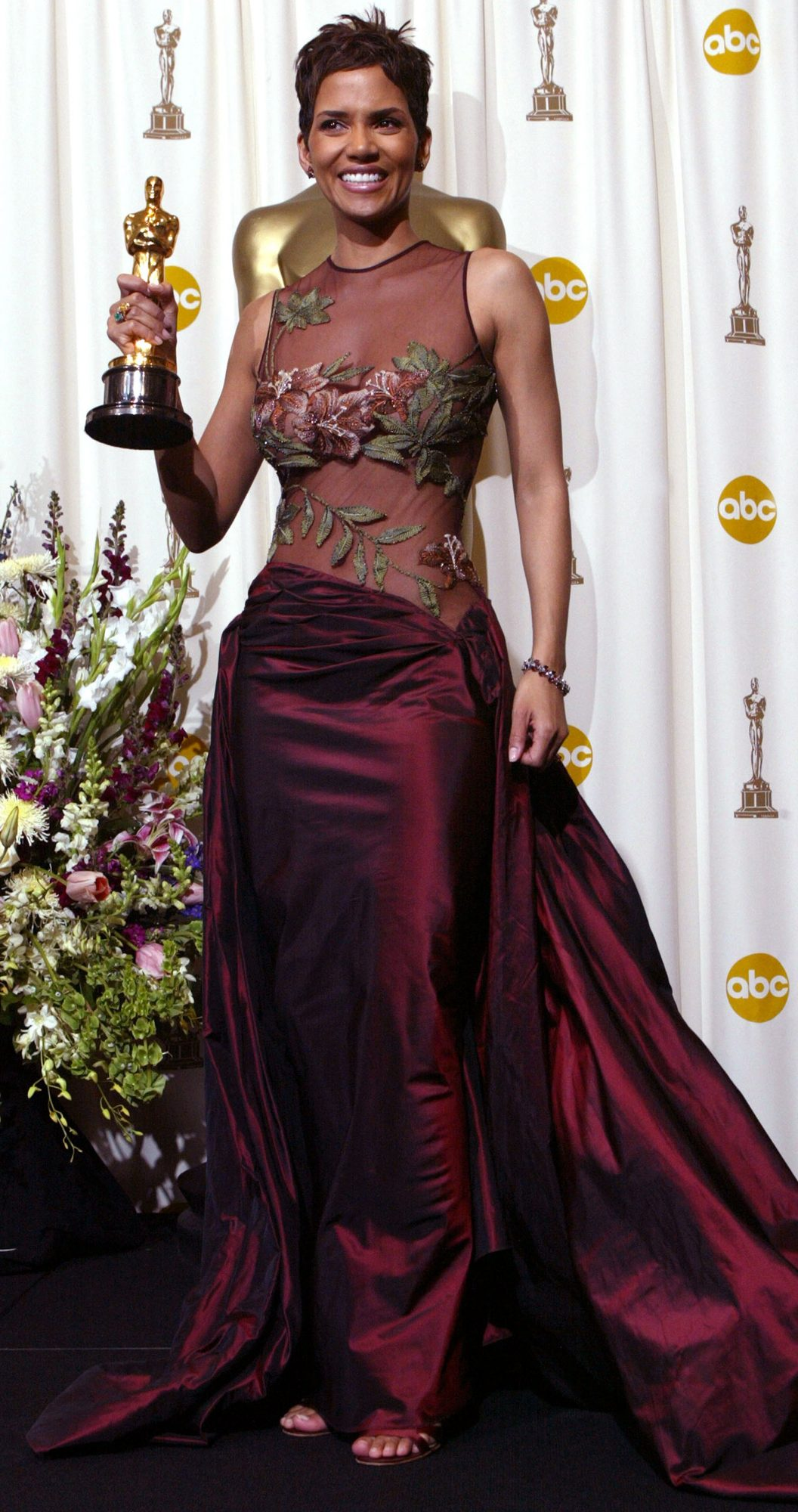 oscars-red-carpet-moments-halle-berry.jpg