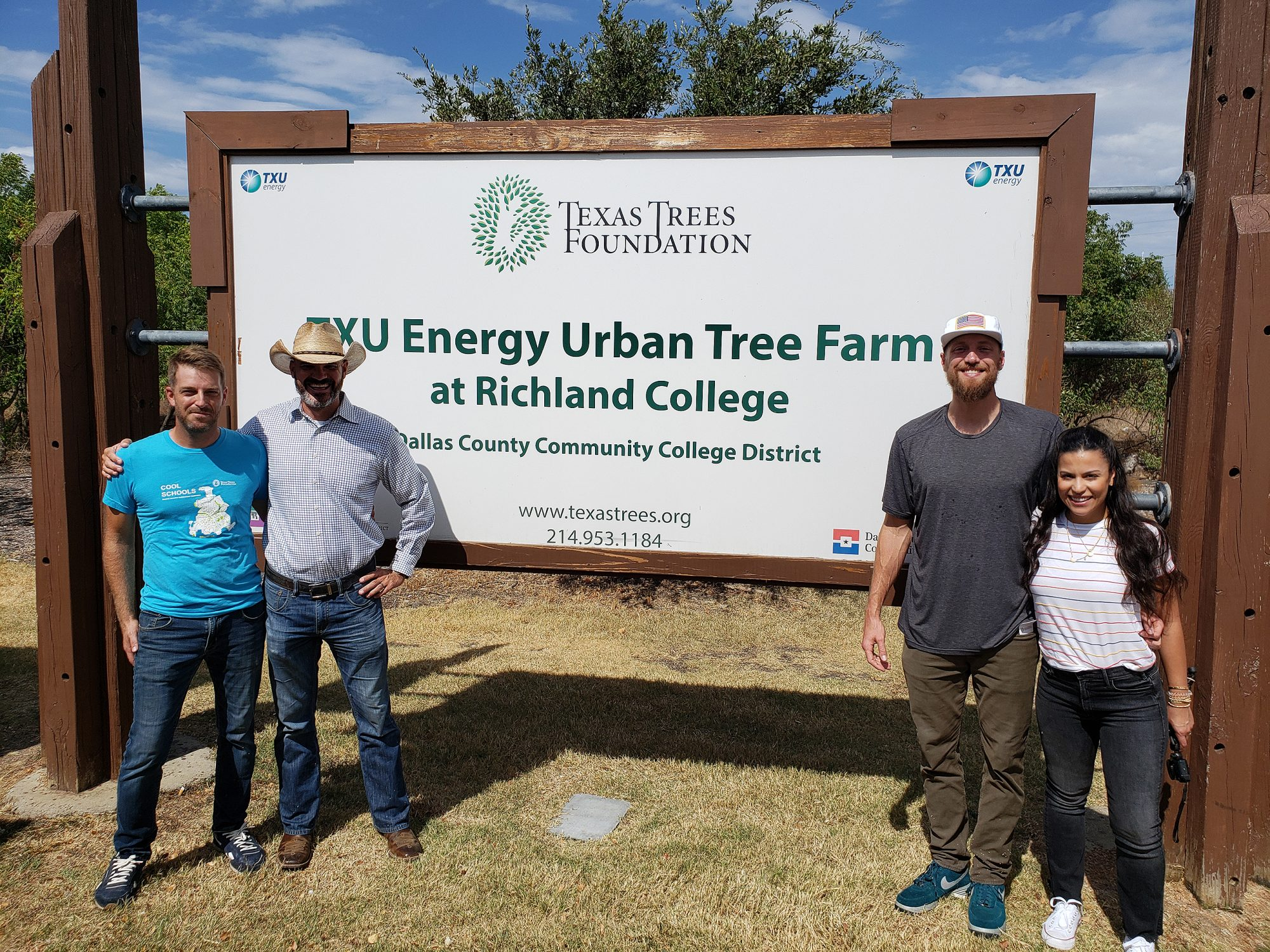 Hunter Pence Plants Trees for Charity