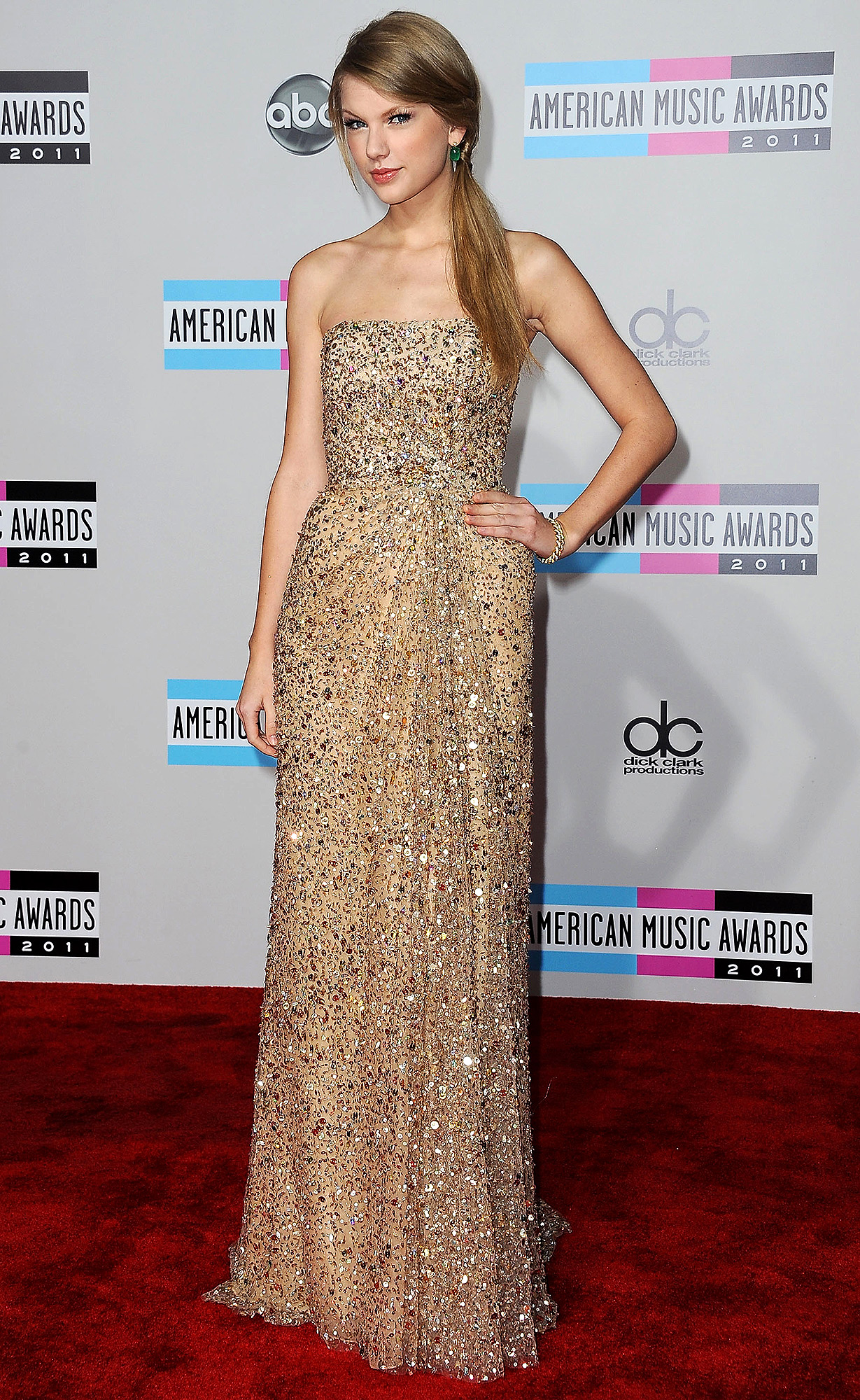 Singer Taylor Swift arrives at the American Music Awards