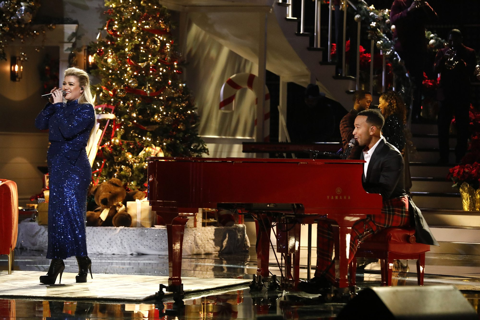 Kelly Clarkson And John Legend Perform Baby It S Cold Outside People Com