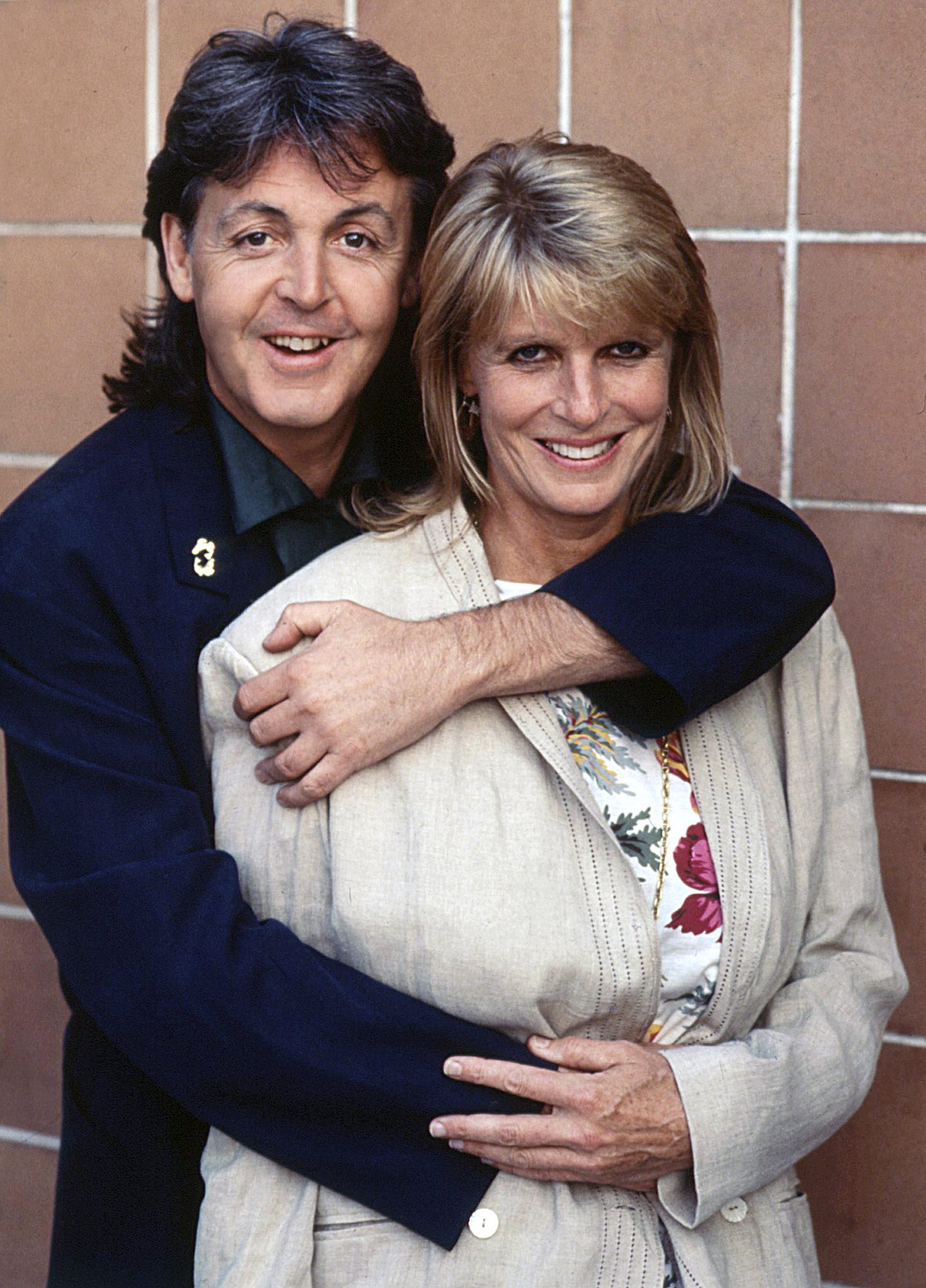Paul McCartney hugging his wife Linda Eastman