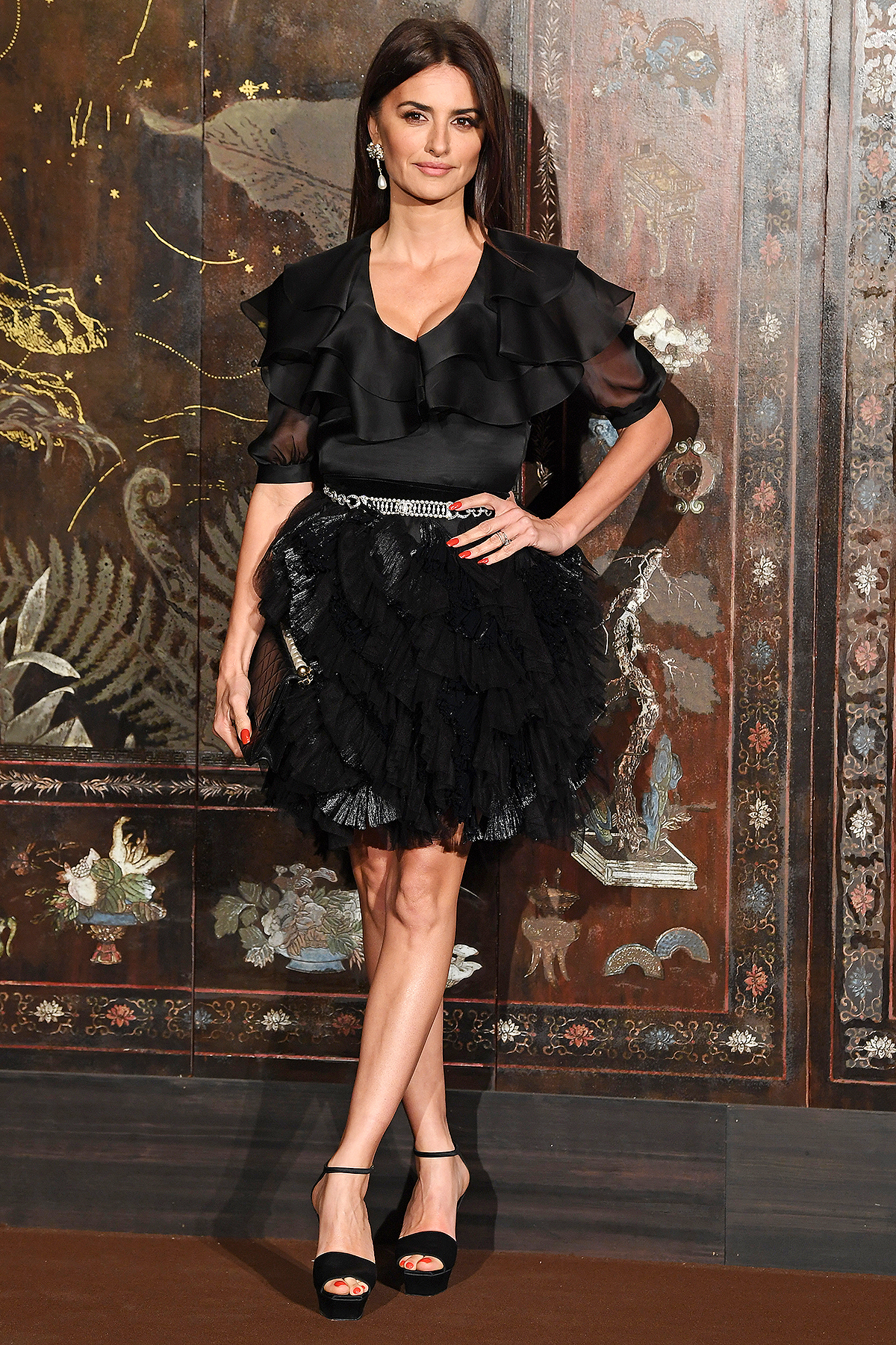 PARIS, FRANCE - DECEMBER 04: Penelope Cruz attends the photocall of the Chanel Metiers d'art 2019-2020 show at Le Grand Palais on December 04, 2019 in Paris, France. (Photo by Pascal Le Segretain/Getty Images)