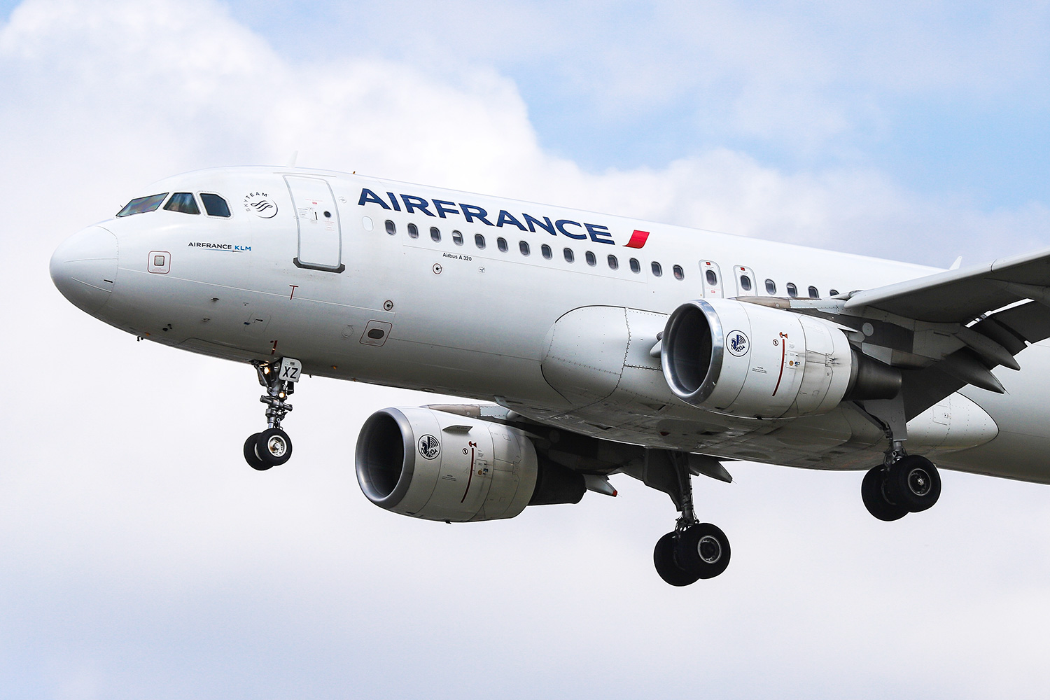 Air France Airbus A320 as seen from Myrtle avenue on final approach landing at London Heathrow International Airport LHR EGLL in England, UK on 23 August 2019. The Airbus A320-214 airplane has the registration F-GKXZ, 2 CFM56 jet engines. AF AFR AIRFRANS connect the British capital to the French, to Paris Charles de Gaulle Airport CDG, LFPG. Air France the flag carrier of France is a member of SkyTeam aviation alliance and a subsidiary airline carrier of Air France-KLM group. (Photo by Nicolas Economou/NurPhoto via Getty Images)
