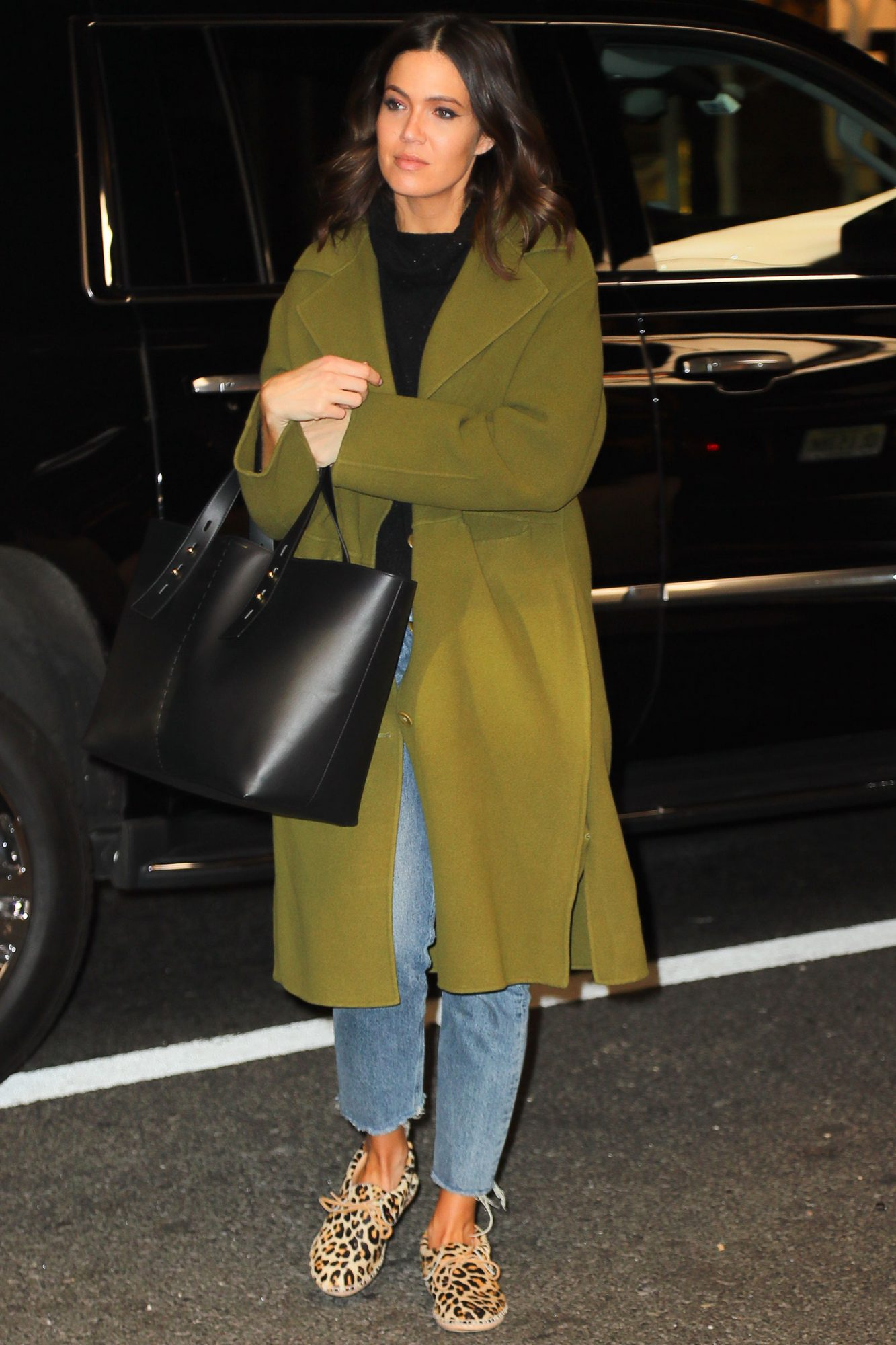 EXCLUSIVE: Mandy Moore Signs Autographs For Her Fans While Arriving Back At Her Hotel In NYC