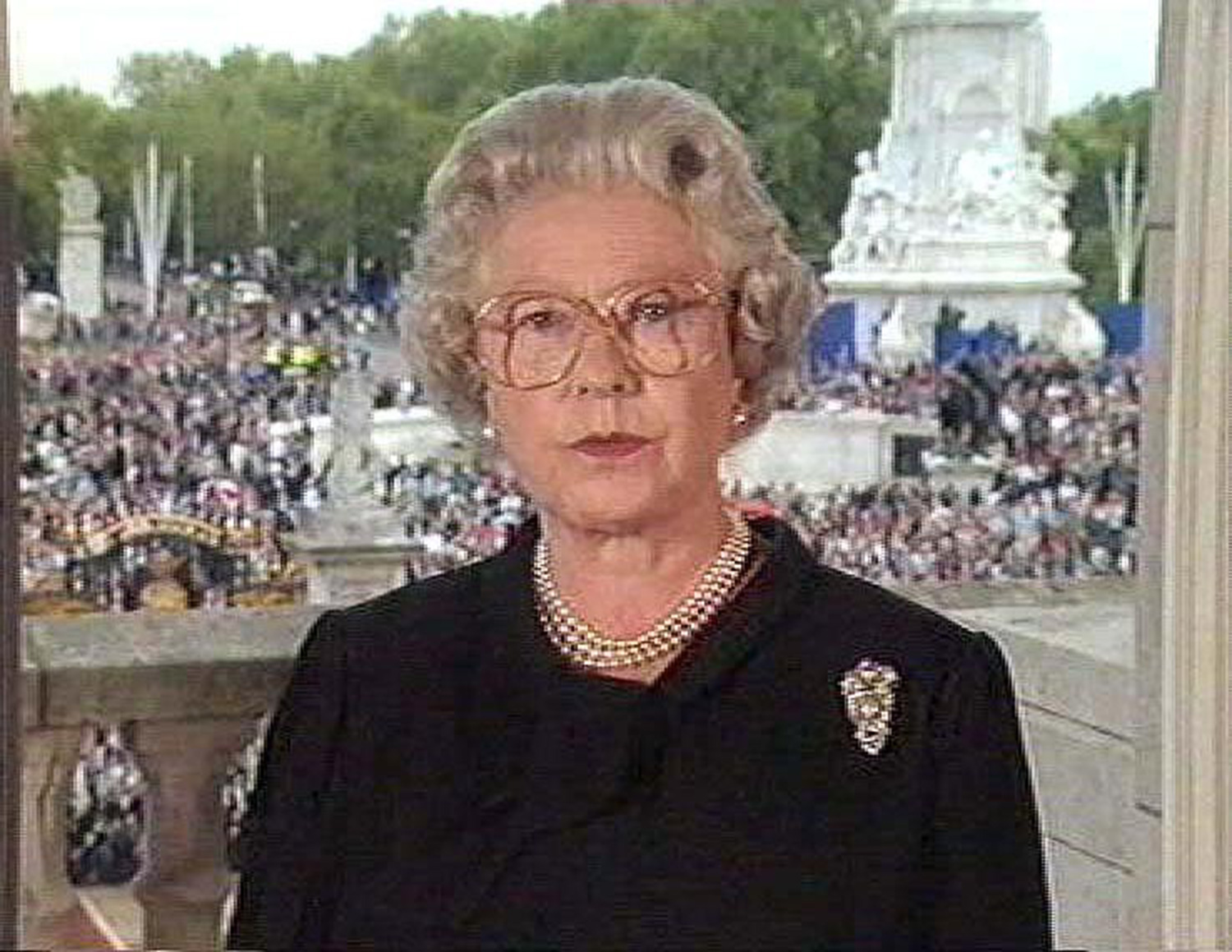 QUEEN ELIZABETH II MAKING TELEVISED SPEECH ABOUT THE DEATH OF PRINCESS DIANA THE DAY BEFORE THE FUNERAL, BUCKINGHAM PALACE