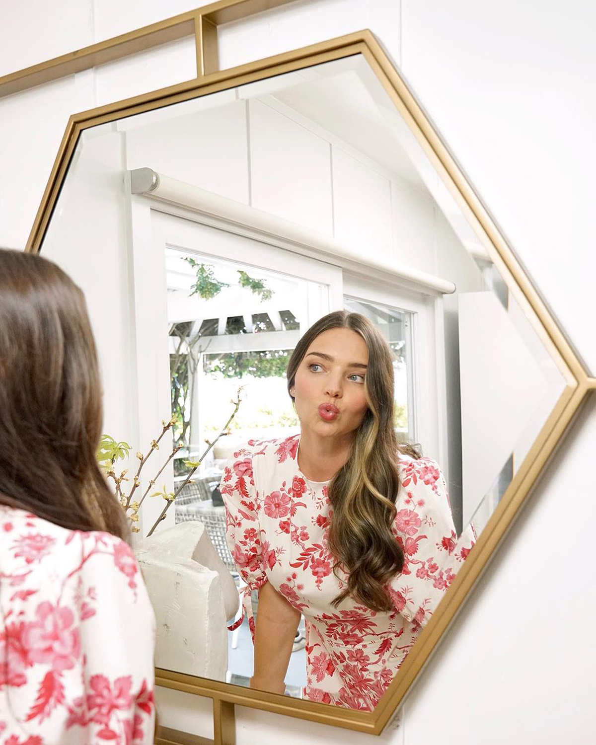 """""""Happy Sunday 💋,"""" wrote the Australian supermodel, serving up a kissy face in front of a mirror that's part of her home decor line, Miranda Kerr Home, with Universal Furniture."""