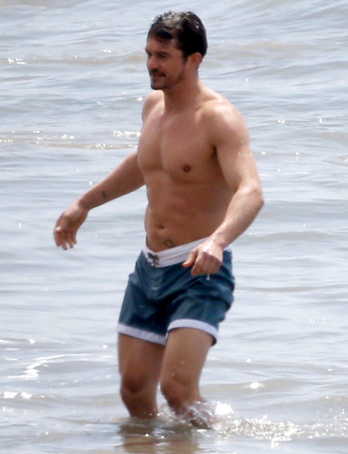 Orlando Bloom Shows Off His Toned Torso As He Takes A Dip