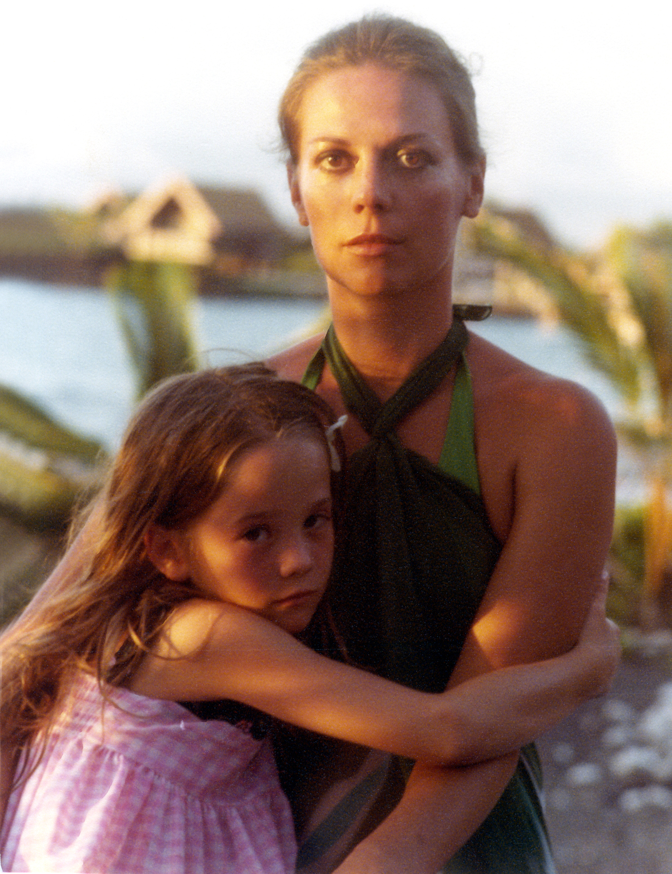 natalie-wood-with-her-daughter-natasha-gregson-wagner-in-hawaii-1978-_0_preview copy