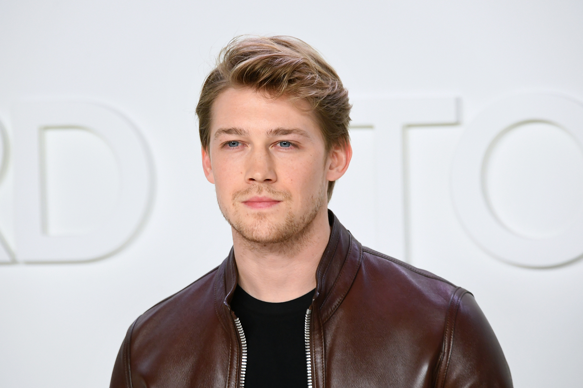 People Now: Wine, Sketches and Taylor Swift's Cat: How Joe Alwyn Is Passing Time Amid Self-Isolation - Watch the Full Episode