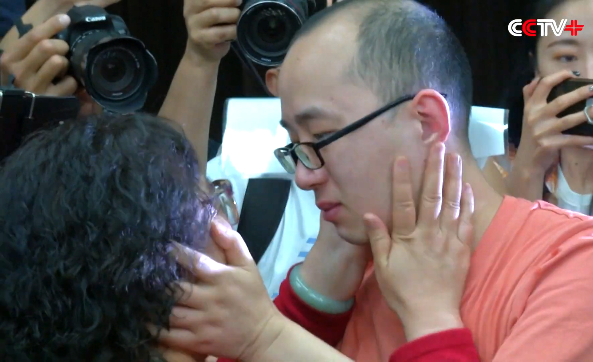 The moment Li Jingzhi saw her son for the first time in 32 years