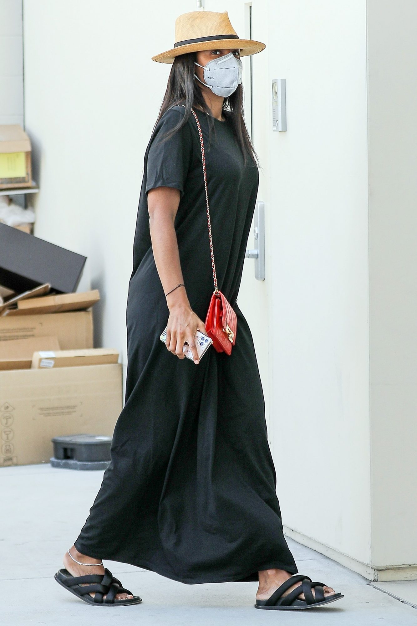 Kelly Rowland waves hello as she arrives at Bottega Veneta for some shopping