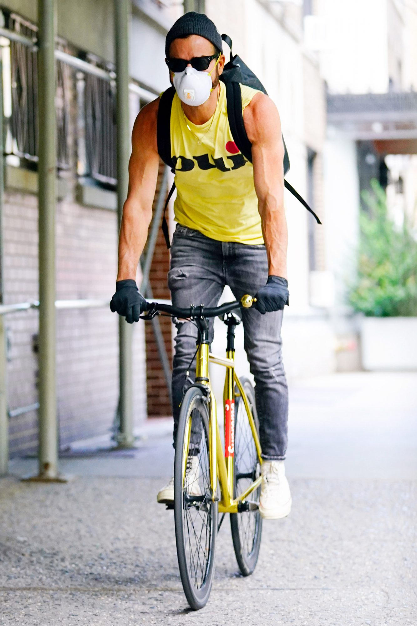 Justin Theroux Shows Off His Bulging Biceps While on a Bike Ride in New York City.