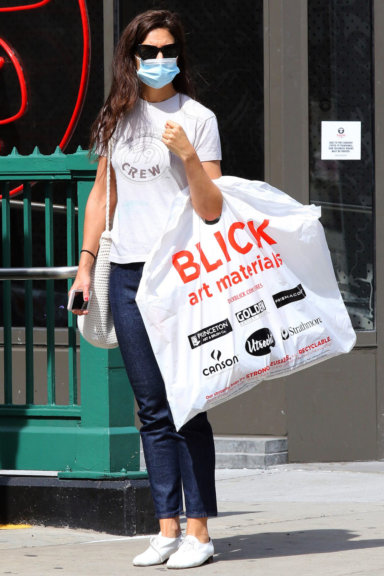 Katie Holmes carries a heavy bag with art supplies in NYC.