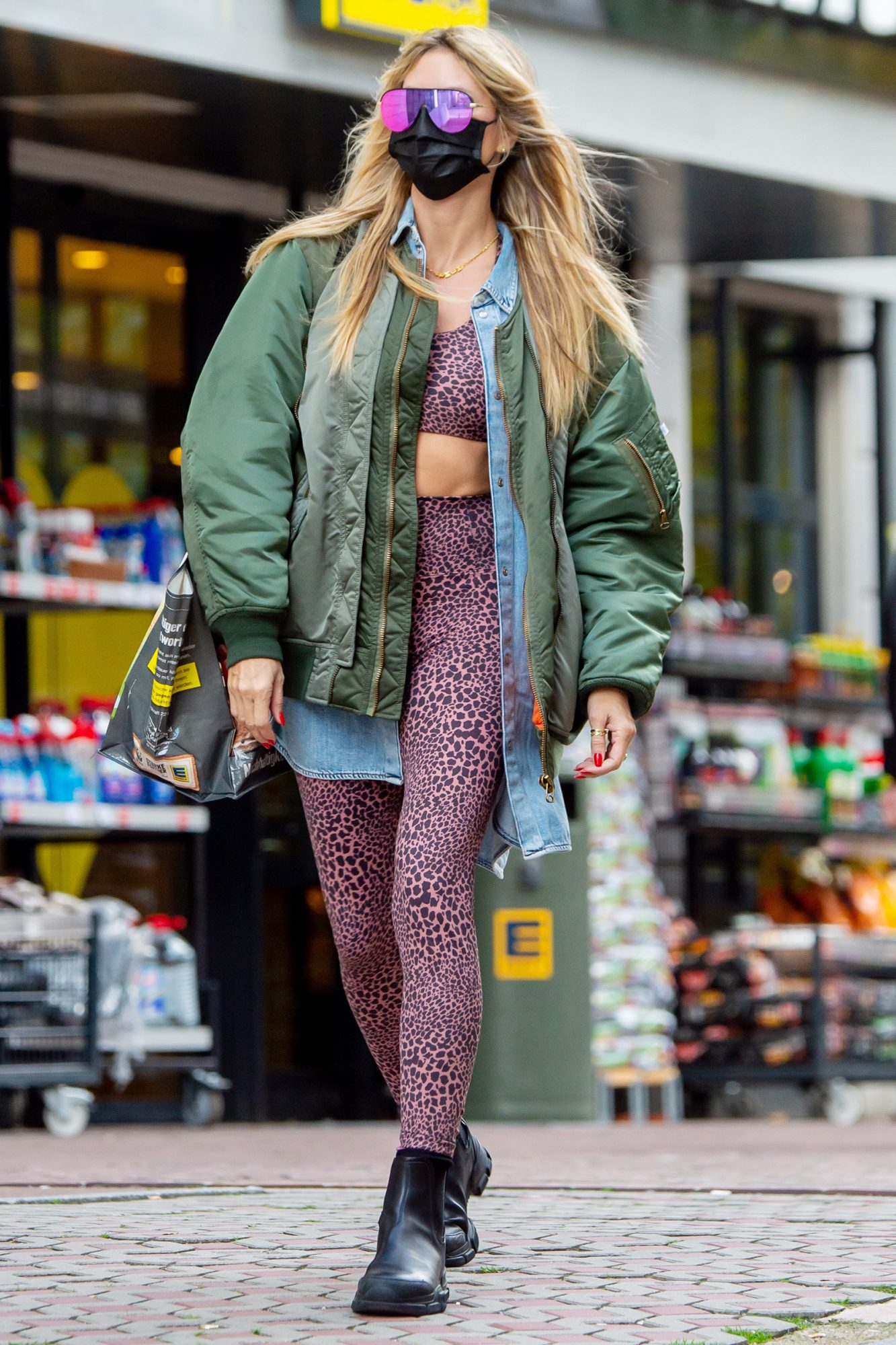 Heidi Klum Shows Her Midriff While Out Grocery Shopping With Her Mother Erna.