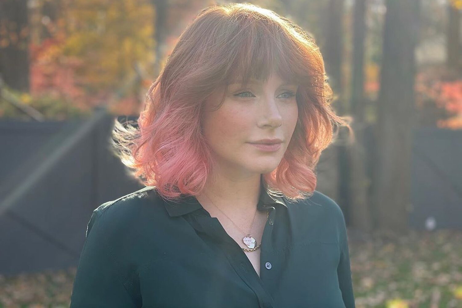 Bryce Dallas Howard Cuts And Dyes Hair Pink To Mark End Of Jurassic World Dominion Shoot People Com The daughter of director ron howard, she made her acting debut in her father's. bryce dallas howard cuts and dyes hair
