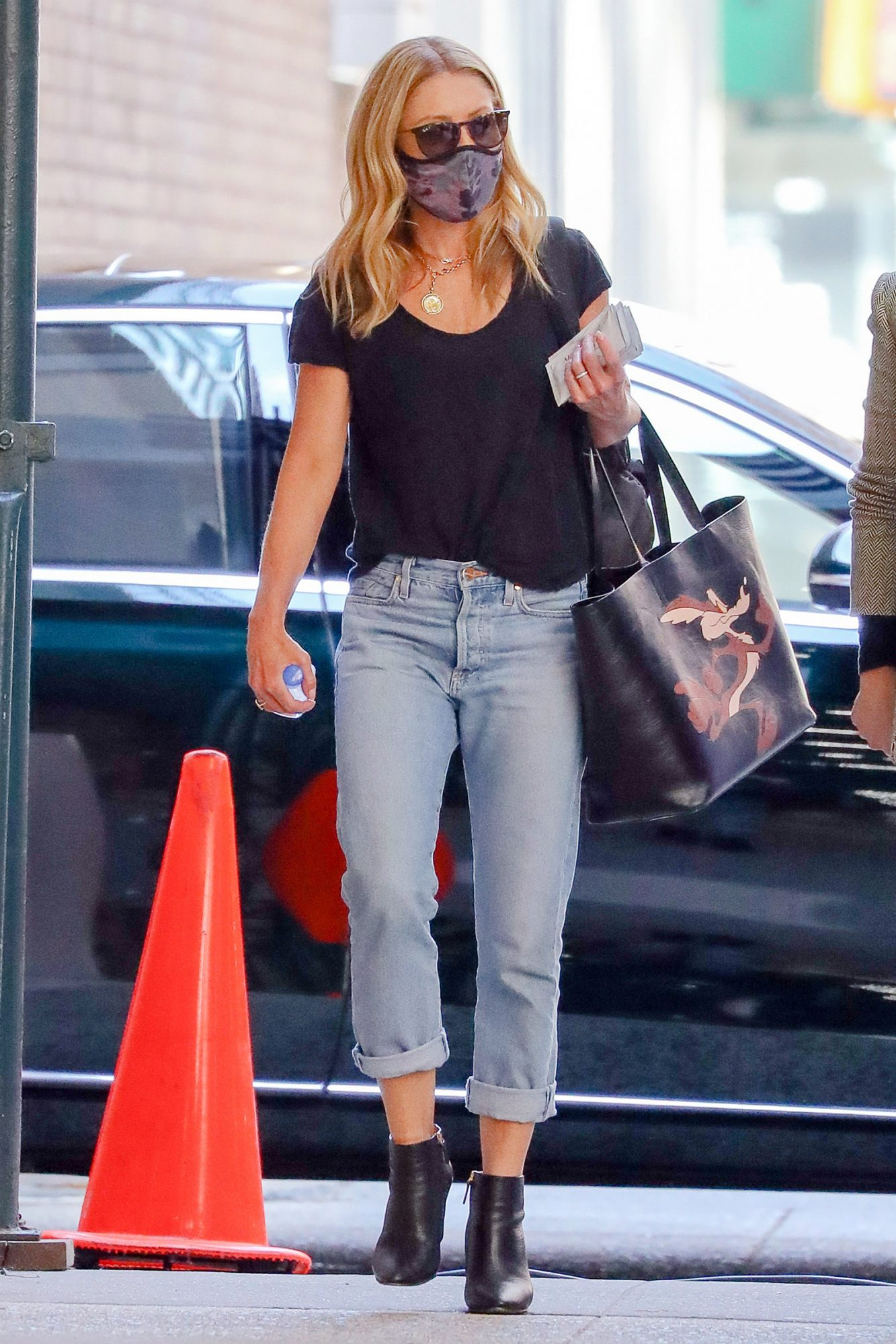 Kelly Ripa spotted in loose fitting faded jeans and carrying a Calvin Klein Wile E. Coyote bag while out and about in New York City. Beep Beep!