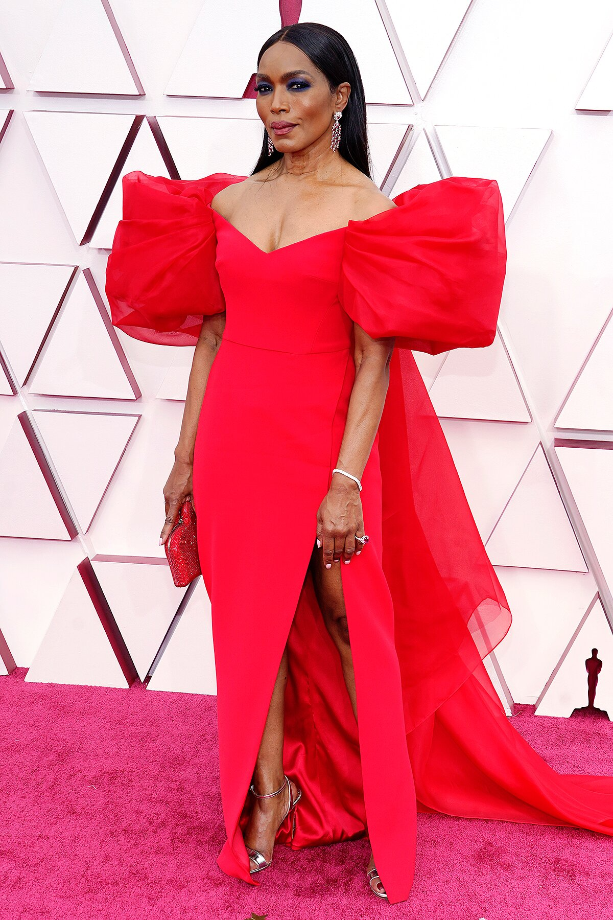 Angela Bassett Arrives at Oscars 2021 in Puff-Sleeve Gown | PEOPLE.com