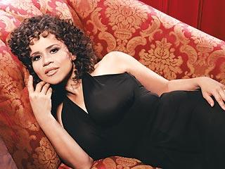 """""""No quería ser [por siempre] la chica sexy, porque tarde o temprano los senos caen"""", dice Rosie Pérez."""
