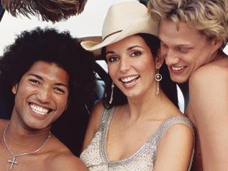 """Estoy orgullosa de ser mujer"", dice juguetona Giselle Blondet, rodeada de chicos en Miami."