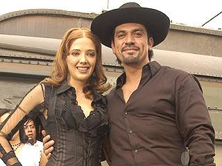 Adela Noriega y Jorge Salinas en el set de la novela La esposa virgen