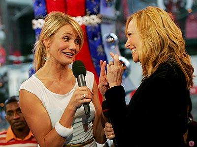 Cameron Díaz (izq.) y Toni Collette no han perdido oportunidad para promocionar su película In Her Shoes. Su última parada fue el programa TRL (MTV). El lunes veremos si tanto esfuerzo valió la pena.