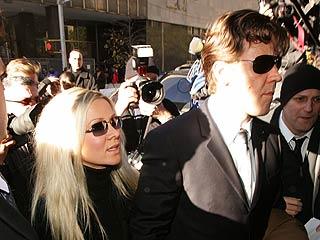 Russell Crowe y su esposa a su llegada a la corte.