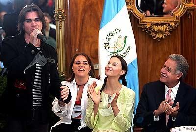 Juanes, Ashley Judd y Oscar Berger
