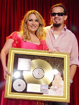 Alicia Villarreal recibe un Disco de Oro junto a Cruz Martínez.