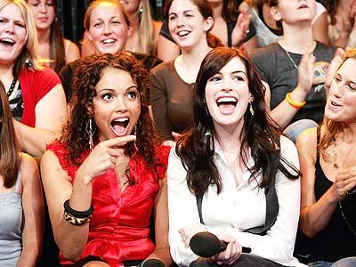 Susie Castillo y Anne Hathaway