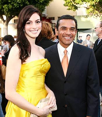 Anne Hathaway y el alcalde Antonio Villarraigosa.
